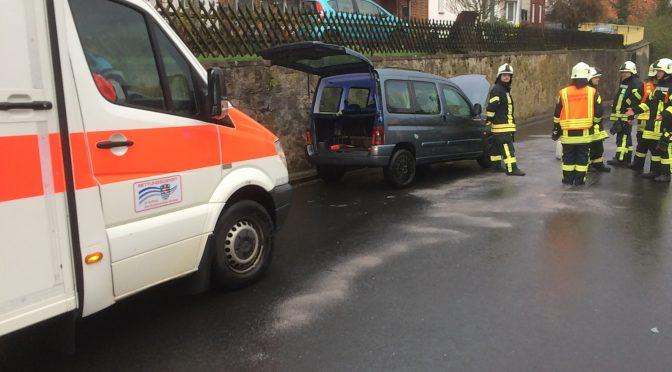 F 2 – Beginnender PKW-Brand nach Verkehrsunfall