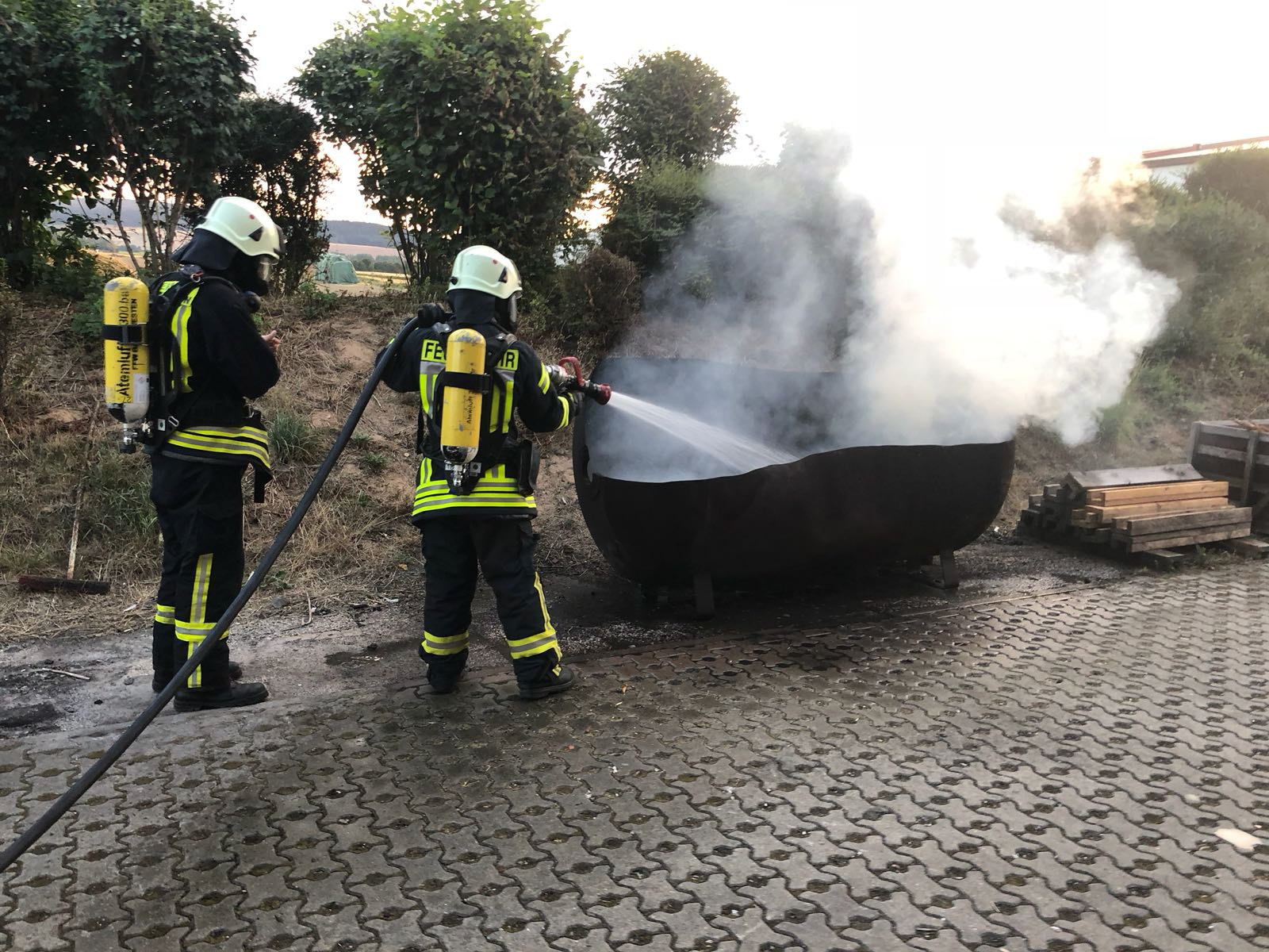 F1 brennt Gerümpel im freien